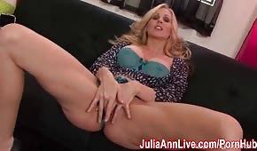 Julia Ann zieht ihren Tanga aus und macht es gut
