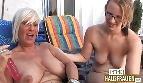 Young hat Spaß mit einer alten deutschen Frau