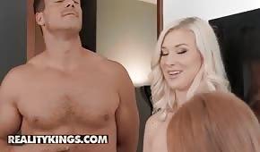 Farcirz bewegt zwei sexy Ladies