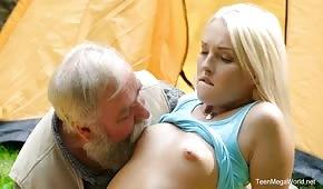 Großvater, der mit Blondine im Garten spielt