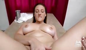 Runder Körper einer geilen Stiefmutter