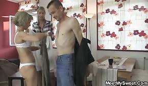 Papa spielt mit seiner Mutter und Tochter