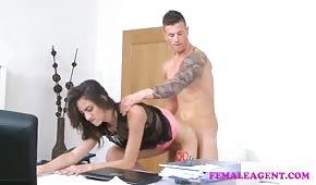 Der Agent testet seine Optionen für Sex Casting