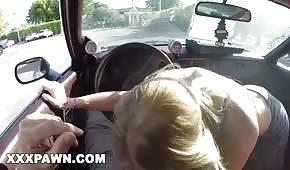 Eine nette Blondine zieht einen Schwanz im Auto