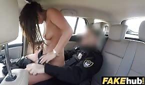 Der Polizist schiebt einen schönen Stock ins Auto