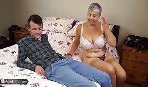 Der junge Mann fickt mit ihrer Großmutter