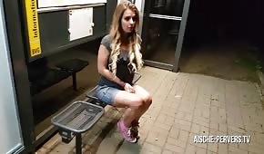 Public Sex mit einer blonden Puppe