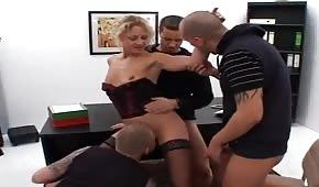 Gruppensex mit dem Chef im Büro