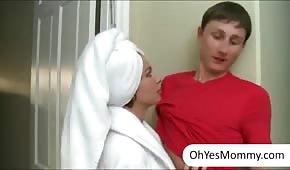 Der Junge stößt zwei heiße Frauen