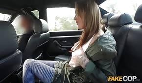 Ein gefälschter Polizist fickt ein formschönes Mädchen im Auto