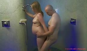 Er schließt das schwangere Küken in der Dusche