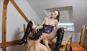 Schneller Sex auf dem Tisch mit einem jungen Mädchen