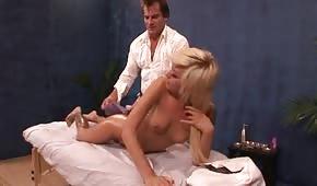 Blonde Cheerleaderin bekommt eine Massage als Geschenk