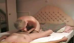 Die blonde Mutter erfreut ihren Opa mit dem Mund