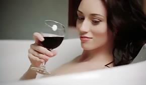 Küken trinkt Wein und streichelt beim Baden