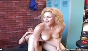 Der Trainer fickte eine reife Blondine