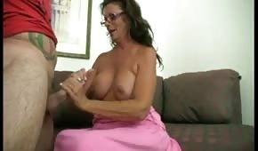 Silikonmutter massiert den Schwanz mit ihrer Hand