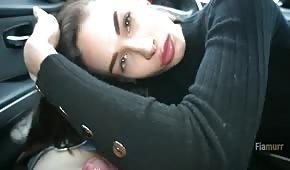 Ein süßes Baby bekommt einen Blowjob im Auto