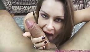 Eine wilde Hündin nimmt einen Penis in den Mund