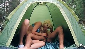 Eine Nummer in einem Zelt mit einer jungen Blondine