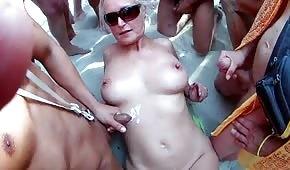 Sperma auf reifen Blondinen am Strand