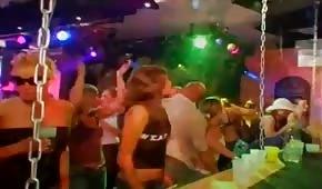 Gruppensex mit Party-Leuten im Club