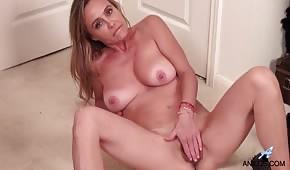 Nackte Mutter streichelt ihre unrasierte Pipette