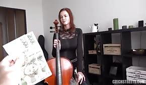 Eine talentierte Frau aus der Tschechischen Republik hat große Titten