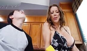 Der junge Mann fickte eine vollbusige Mutter in der Küche