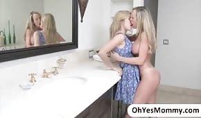 Mama nimmt ihre kleine Tochter mit ins Badezimmer