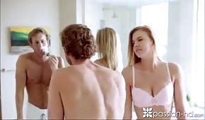 Er nimmt es mit der hübschen Blondine im Badezimmer auf