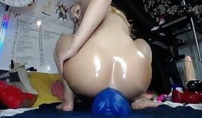 Ein riesiger Dildo in einem blonden Arschloch