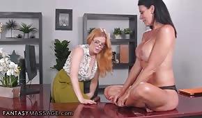 Heiße Girls haben Spaß im Büro