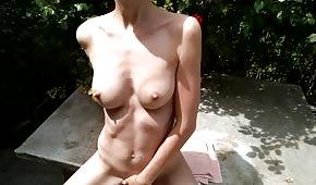 Nacktes Mädchen geht es gut im Freien