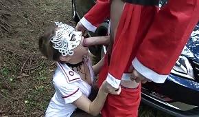 Spielen Sie mit einer Krankenschwester mitten im Wald