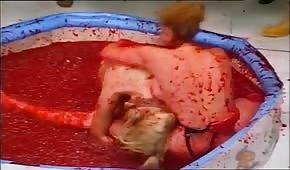 Retro walki w dmuchanym basenie