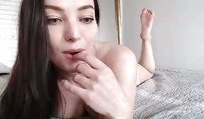 Seksowna brunetka ociera się o poduszkę