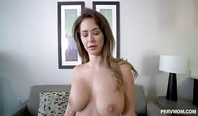 Schöne Stiefmutter hat große Titten