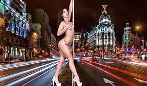 Sexy Tänzerin macht einen Striptease
