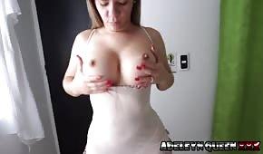 Sexy Frau spielt mit ihren Titten vor dem Sex