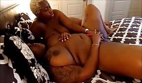 Die blonde schwarze Frau streichelte den Körper eines runden Kükens