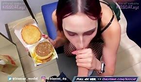 Chick zieht einen Schwanz von einem Burger
