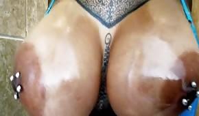 Eine wilde Hündin mit Nippelpiercings