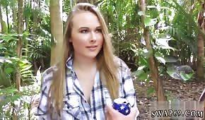 Ein blondes Küken zieht einen Schwanz im Dschungel