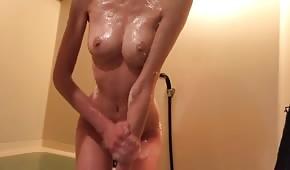 Wet Babe masturbiert im Badezimmer