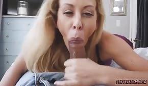 Wunderbare Mama leckt Bälle süß