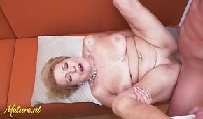 Guter Sex mit einer reifen Blondine auf dem Tisch