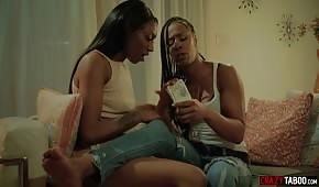 Eine zarte schwarze Frau leckt die Brüste ihrer Freundin
