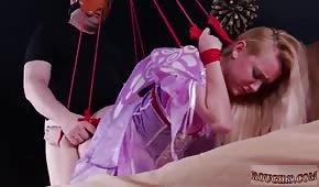Harter Porno mit einer gebundenen Blondine