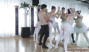 Er blies drei Ballerinas vor einen Spiegel